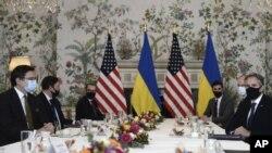 အေမရိကန္ႏိုင္ငံျခားေရးဝန္ႀကီး Antony Blinken၊ ဥေရာပနဲ႔ NATO ေျမာက္အတၱလႏၲိတ္စစ္စာခ်ဳပ္အဖြဲ႔ မဟာမိတ္ေတြနဲ႔ ေဆြးေႏြးေနတဲ့ ျမင္ကြင္း။ (ဧၿပီ ၁၃၊ ၂၀၂၁)