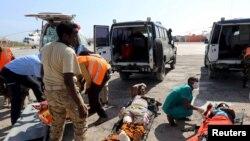 Les victimes d'un attentat suicide à Baidoa attendent d'être évacuées après avoir été héliportées dans la capitale somalienne Mogadiscio, le 29 février 2016.