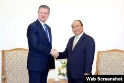 Đại sứ Hoa Kỳ Daniel Kritenbrink trong một lần gặp Thủ tướng Việt Nam Nguyễn Xuân Phúc, 2017. (Chinhphu.vn)