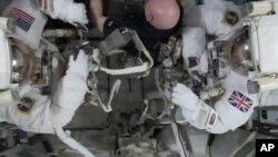 Dua astronot melakukan perbaikan di International Space Station (ISS) (foto: ilustrasi).