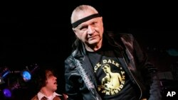 """FILE - In this May 27, 2007 file photo, Dick Dale, known as """"The King of the Surf Guitar,"""" performs at B.B. King Blues Club in New York. Dale has died at age 81."""