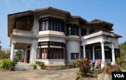 掸王宫的主楼是一幢砖石结构的双层建筑,建筑风格有些东西合璧。(美国之音朱诺拍摄,2013年02月19日)