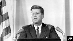 صدر جان ایف کینیڈی دو نومبر 1962ء کو کیوبا مزائل بحران پر تقریر کرتے ہوئے