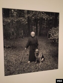 Penulis buku anak-anak, Maurice Sendak bersama anjingnya, Herman. (J.Taboh/VOA)