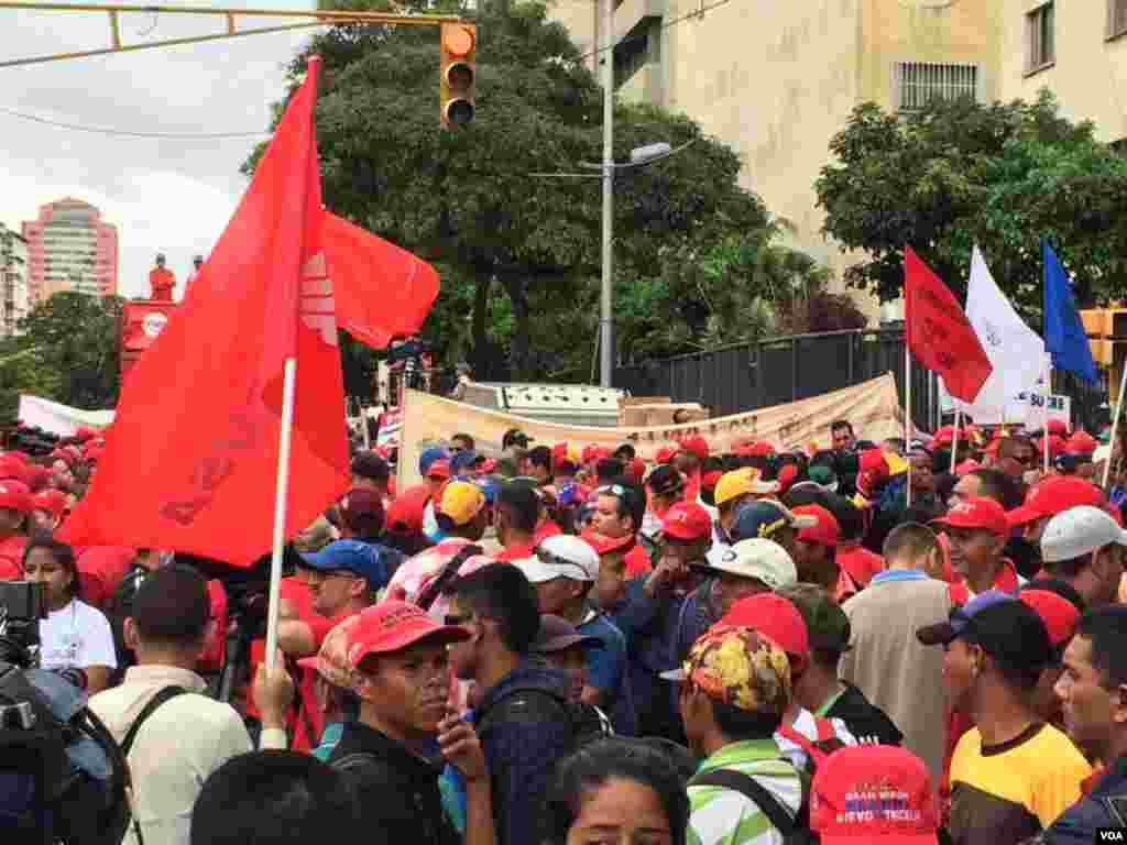 Partidarios del gobierno de Nicolás Maduro y del chavismo se reúnen para marchar en el Día Internacional del Trabajo. Foto: Álvaro Algarra/VOA