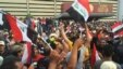 Para pendukung Ulama Syiah Muqtada al-Sadr mengibarkan bendera Irak di luar gedung parlemen di Zona Hijau.  Baghdad, Irak.
