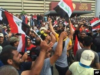 طرفداران مقتدی صدر در خارج از منطقه امنیتی سبز در بغداد