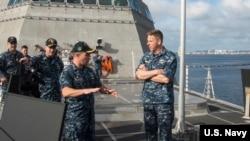 戴維斯上將(右)2017年2月登艦視察。(美國海軍照片)