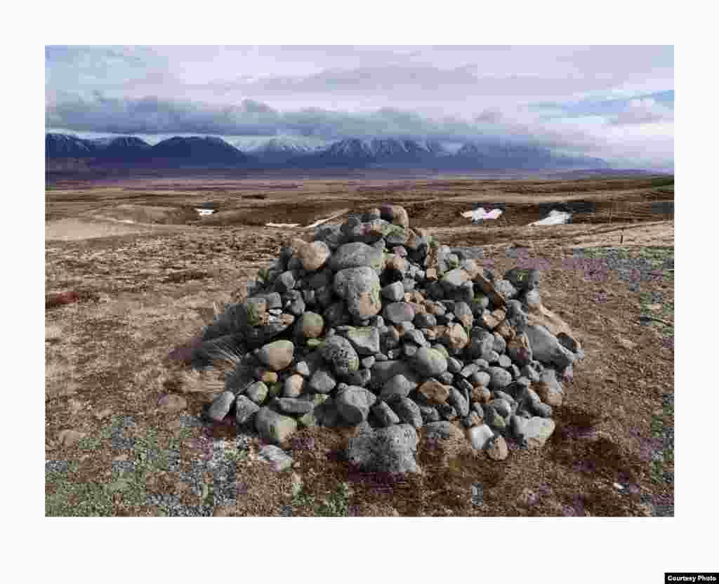 Di ujung jalan Central Northern di Islandia, batu-batu ini dibangun para pengelana, yang menyusunnya sebagai harapan keberuntungan. (Feo Pitcairn Fine Art)