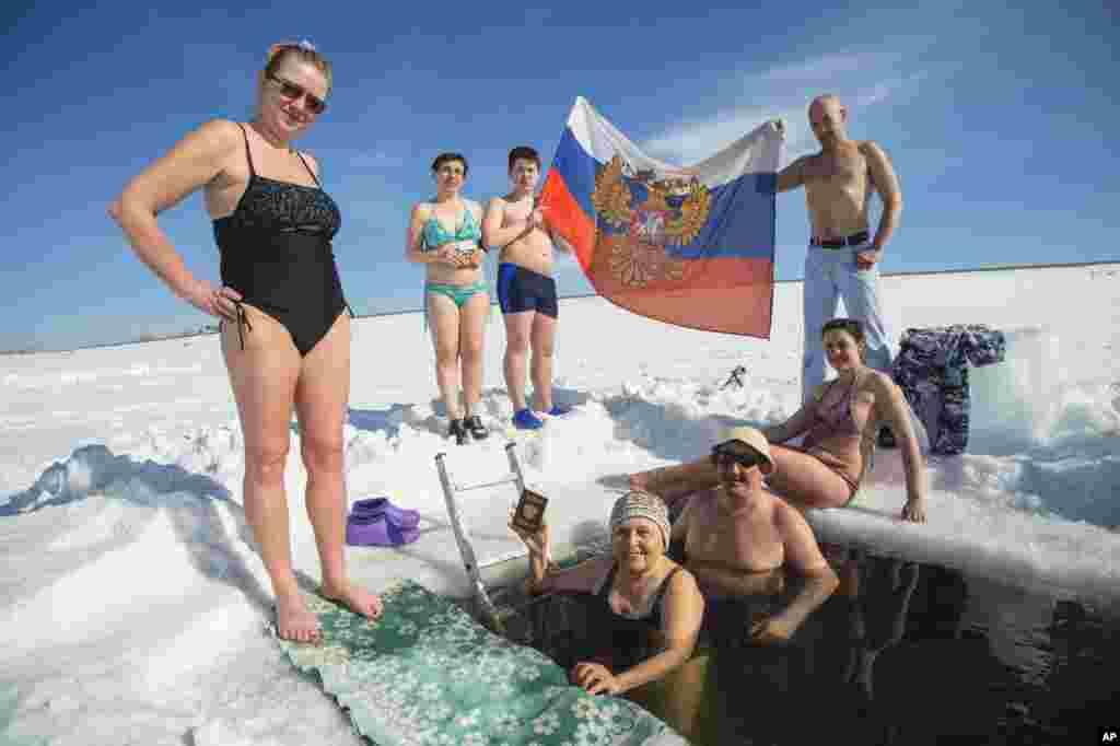"""Российские """"моржи"""" организовали в Новосибирске заплыв в честь президентских выборов"""