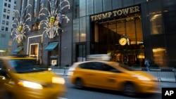 ບັນດາລົດແລ່ນຜ່ານຕຶກ Trump Tower ໃນນະຄອນ New York.