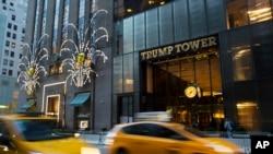 Magari yakipita mbele ya Trump Tower mjini New York, Nov. 21, 2016.