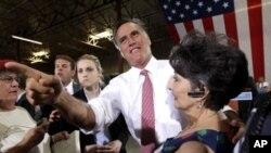 ທ່ານ Mitt Romney ຜູ້ສະມັກປະທານາທິບໍດີຂອງພັກຣີພັບບລີກັນ ກຳລັງໂຄສະນາຫາສຽງ ທີ່ລັດ Nevada (28 ພຶດສະພາ 2011)