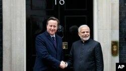 12일 영국을 방문한 나렌드라 모디 인도 총리(오른쪽)가 영국 수상 관저가 있는 런던 다우닝가 10번지에서 데이비드 캐머런 영국 총리와 만나 악수하고 있다.