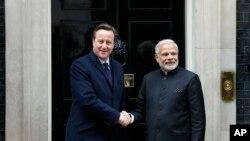 Thủ tướng Anh David Cameron (trái) nghênh đón Thủ tướng Ấn Độ Narendra Modi tại London ngày 12/11/2015.