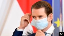 Avstriya kansleri Sebastian Kurz Vyanada mətbuat konfransına zamanı qoruyucu maska taxaraq gəlib, 14 aprel, 2020.
