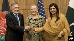 Menlu Afghanistan Zalmai Rassoul (kiri), Menlu AS Hillary Rodham Clinton (tengah) dan Menlu Pakistan Hina Rabbani Khar saling berjabat tangan sebelum mengikuti jalannya pertemuan tingkat menteri negara-negara donor di Tokyo (8/7).