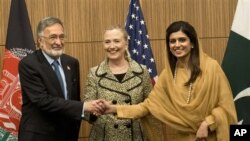 افغان وزیرِ خارجہ زلمے رسول، امریکی وزیرِ خارجہ ہیلری کلنٹن اور پاکستانی وزیرِ خارجہ حنا ربانی کھر جاپان کے دارالحکومت ٹوکیو میں اپنی ملاقات سے قبل ہاتھ ملا رہے ہیں