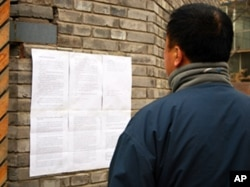 Caochangdi resident reads artists' petition against demolition