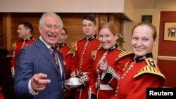 Pangeran Charles bersama Garda Wales di Barak Wellington, London, 11 November 2018.