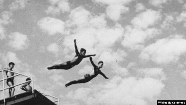 지난 1948년 새미 리와 밀러 앤더슨이 로스앤젤레스 수영 경기장의 플랫폼에서 다이빙하고 있다.