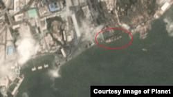 북한의 대표적인 석탄 수출 항구인 남포항을 지난 3일 촬영한 '플래닛 랩스(Planet Labs)' 위성사진. 약 138m 길이의 대형 화물선(붉은 원 안)이 정박해 있다.
