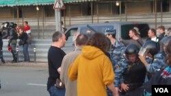 警察逮捕去年5月6日反政府遊行中的一名示威者。(美國之音白樺拍攝)