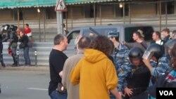 警察逮捕去年5月6日反政府游行中的一名示威者(美国之音白桦拍摄)