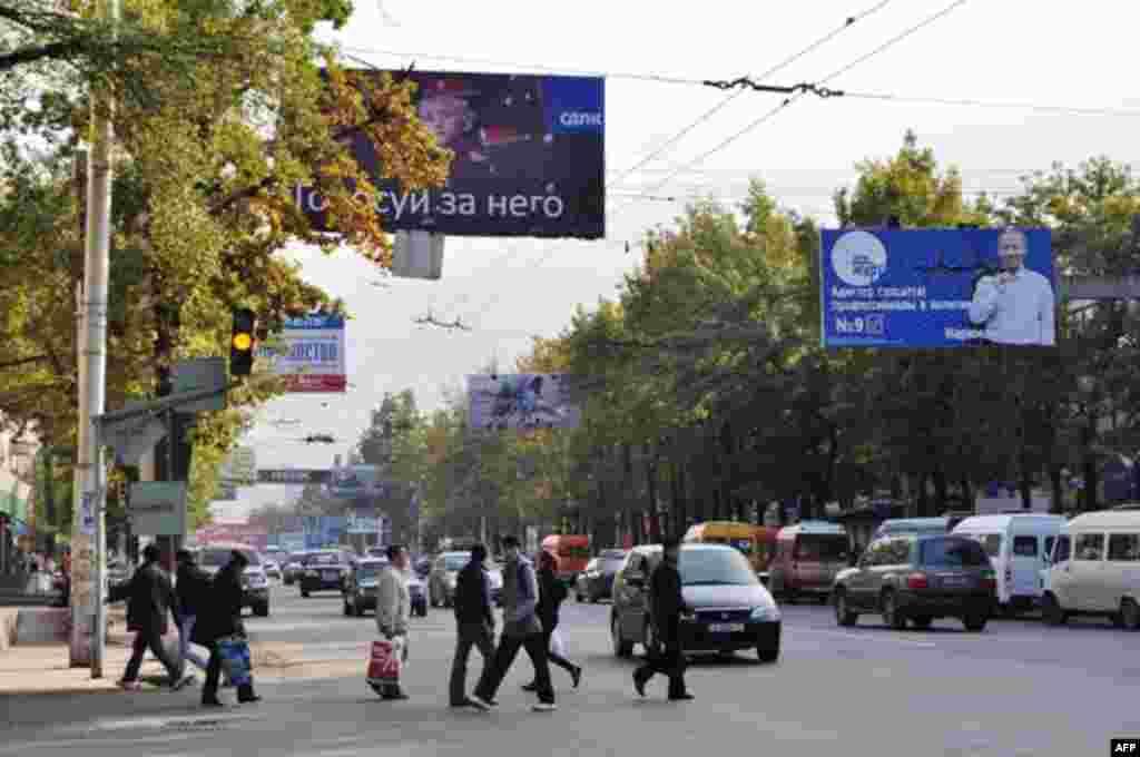 Политические плакаты, улица Бишкека