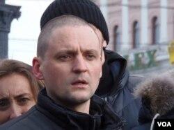 """""""左翼阵线""""领导人乌达里佐夫在去年3月莫斯科市中心的反政府集会上。(美国之音白桦拍摄)"""