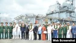 """美国""""罗斯福""""号航母2020年3月6日访问岘港时,越南军方人员登舰参观。"""