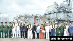 """美國""""羅斯福""""號航母2020年3月6日訪問峴港時,越南軍方人員登艦參觀。"""