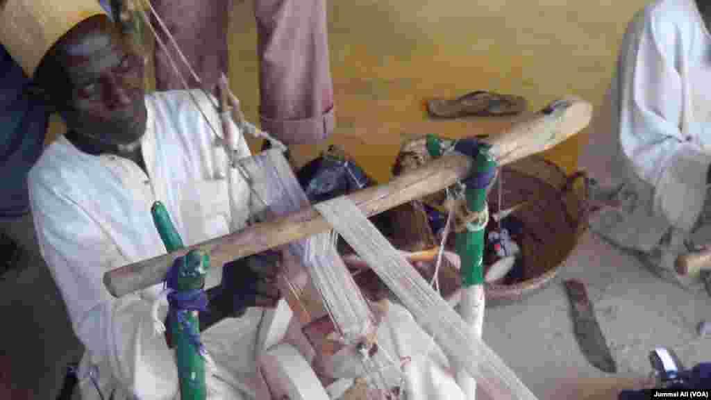 Wani mutum yana saka a Agayawa jihar Katsina Nigeria