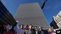 IManifestan ki t ap pwoteste kont eliminasyon TPS la ki pwoteje kont depòtasyon anviwon 59 mil imigran Ayisyen kap viv Ozetazini. (New York, 21 novanm 2017).
