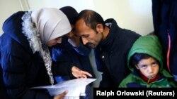 Des refugiés lisent des documents dans un foyer à Heidelberg en Allemagne, 29 septembre 2015.