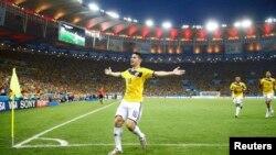 Le Colombien James Rodriguez célèbre son but contre l'Uruguay lors de la coupe du Monde 2014, un match comptant pour les 16eme de finales au Stade Maracana à Rio de Janeiro, le 28 juin. (REUTERS/Kai Pfaffenbach)