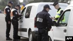 Francuski policajci proveravaju dokumenta putnika na francusko-italijanskoj granici
