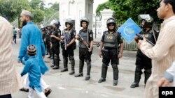 Lực lượng an ninh canh gác khi các tín đồ Hồi giáo đi tham dự lễ Eid tại thủ đô Dhaka, Bangladesh, ngày 7/7/2016.