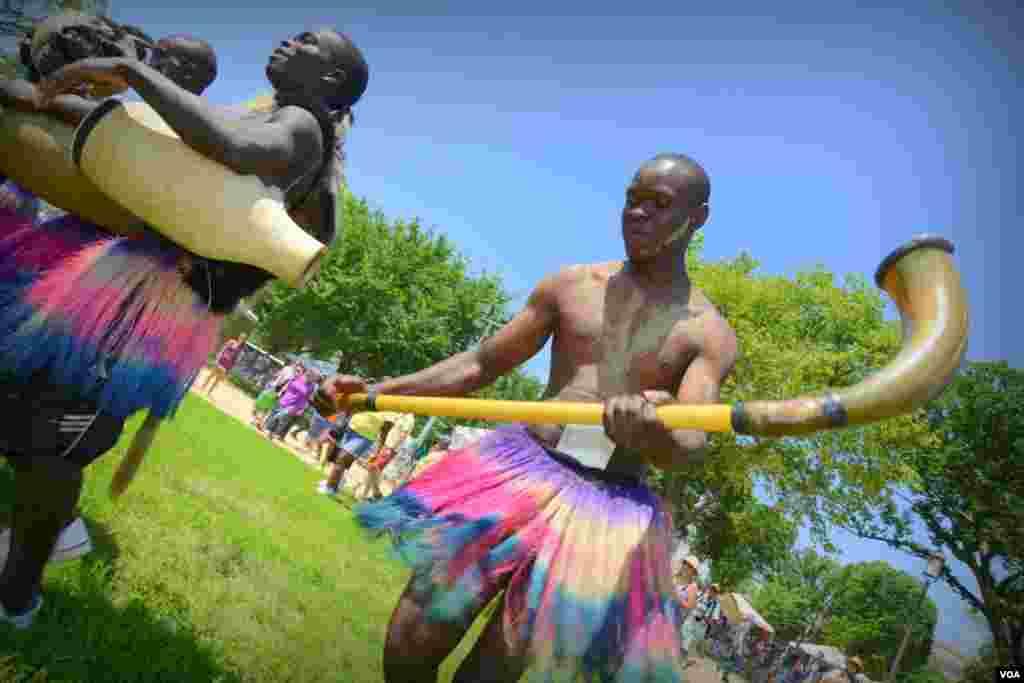 Танцоры из Кении с национальными музыкальными инструментами