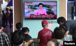 韩国首尔火车站的民众在观看朝鲜称试爆氢弹的消息。 (2017年9月3日)