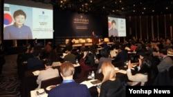 북한인권을 주제로 한 '서울인권회의'가 11일 조선호텔에서 열렸다. 참석자들이 이정훈 대한민국 인권대사의 박근혜 대통령 서면축사 대독을 듣고 있다.