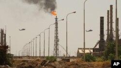Helikopter AS saat berpatroli di atas kilang minyak terbesar di Irak, di wilayah utara kota Baiji, 5 Agustus 2003 (Foto: dok). Militan Islam Sunni menyerang kilang utama Irak ini dan menyebabkan kerusakan di lokasi tersebut, Rabu (18/6).