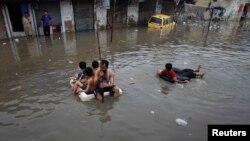 Cảnh nước lụt vào mùa mưa trong thành phố Karachi của Pakistan