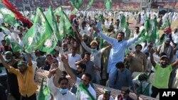 گوجرانوالہ کے جناح اسٹیڈیم میں مسلم لیگ (ن) کے کارکنان کی بڑی تعداد موجود ہے۔
