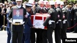 Turski vojnici nose kovčeg sa posmrtnim ostacima pilota Gokana Ertana