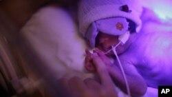 Majka drži ruku svoje prevremeno rođene ćerke u bolnici u Rio de Žaneiru