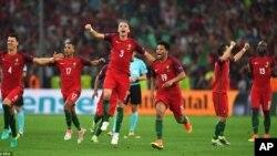 اعضای تیم فوتبال پرتگال پس از پیروزی در برابر پولند و راهیابی به دور نیمه نهایی جام ملت های اروپا