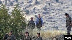 Beberapa anggota pasukan pemberontak PKK di pegunungan Irak dekat perbatasan Turki (foto: dok).
