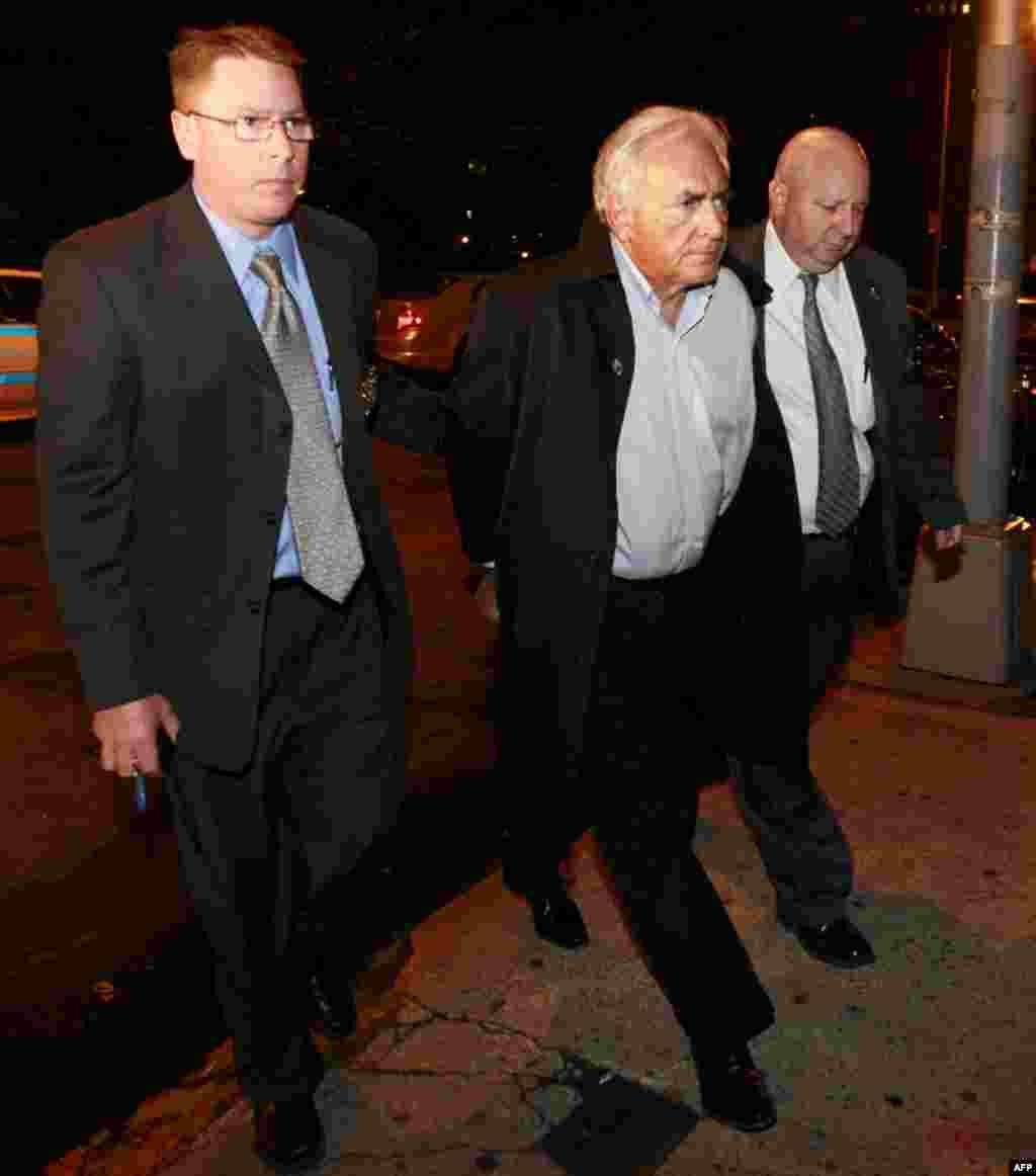 Эскорт лидера Международного Валютного Фонда Доминика Стросс-Кана в городской суд Нью-Йорка, 16 мая 2011г.