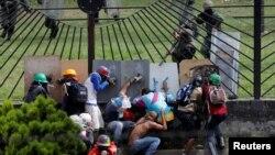 Guardias nacionales disparan a quemarropa contra manifestantes durante una protesta el miércoles 31 de mayo, de 2017, en Caracas.